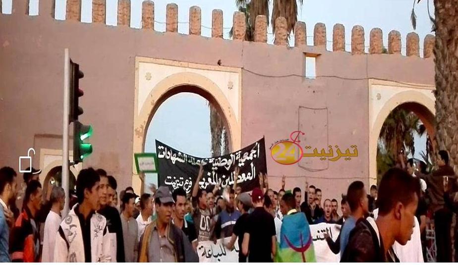 عشرات من المواطنين بتيزنيت يحتجون على مقتل محسن فكري + فيديو