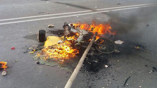 خطير : مواطنون غاضبون بسيدي بيبي يقتحمون مقر الجماعة والقيادة ويحرقون دراجات أعوان السلطة أمام مقر القيادة