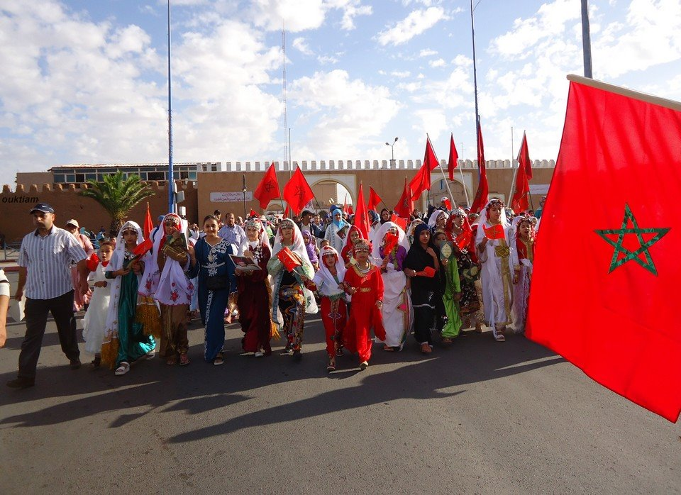 تيزنيت: مدرسة 18 نونبر تحتفي بذكرى المسيرة الخضراء بمسيرة تلميذية