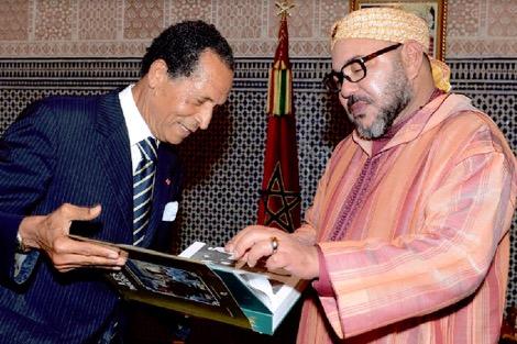 """مرادجي يقدّم للملك كتاب """"التاريخ عبر الصورة"""""""
