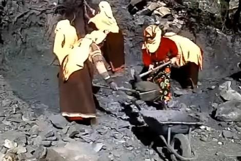 """أعمال شاقة """"لنساء آيت آحمد""""بضواحي تزنيت بسبب العزلة"""