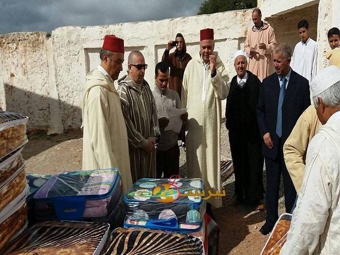 عامل اقليم تيزنيت يشرف على توزيع اغطية بدوار توريرت ببونعمان