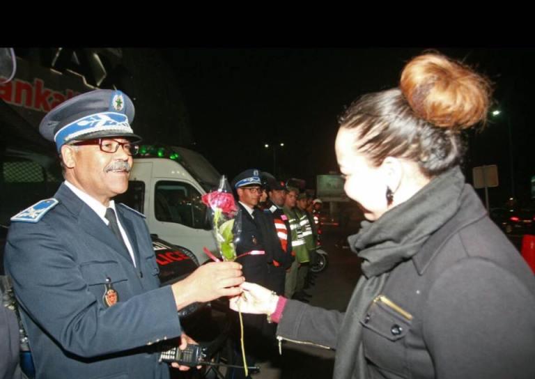 اكادير : مواطنون يكرمون رجال الامن بالوررود