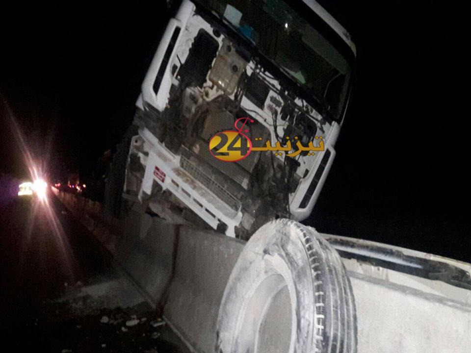 اصطدام شاحنة بالحاجز الوقائي للطريق المزدوج بين تيزنيت و اكادير + صور