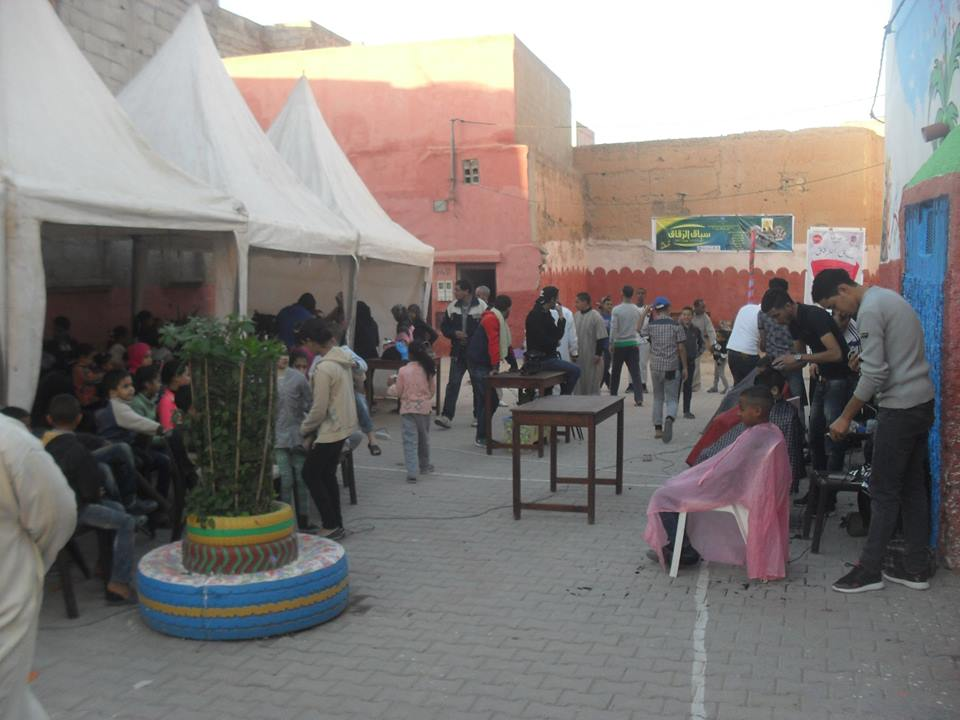 40 طفلا يستفدون من ورشة الحلاقة لتظاهرة سباق الزقاق