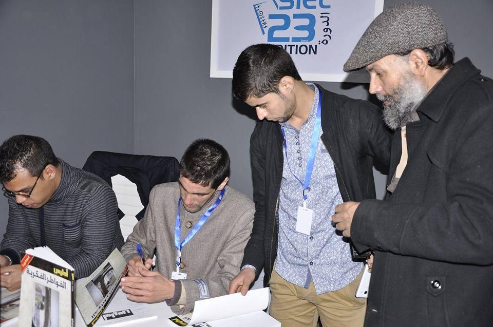 أحمد الخنبوبي يوقع كتاب الخواطر الفكرية