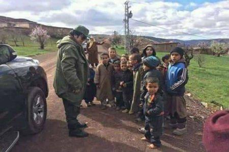اكادير : صورة لاطفال حفاة مع الوالي العدوي تثير ضجة فايسبوكية