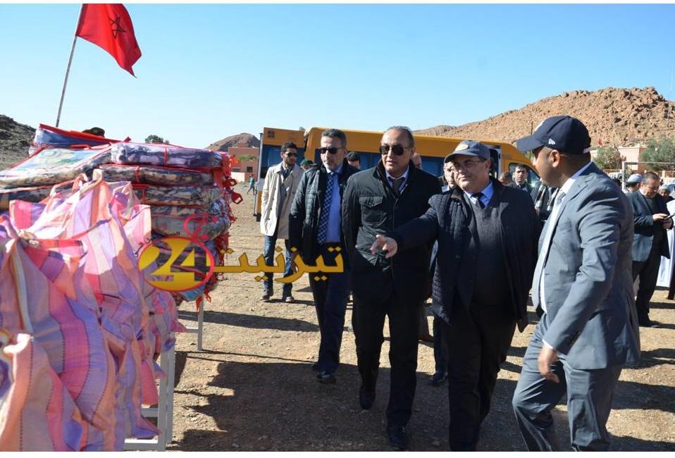 عامل اقليم تيزنيت يشرف على توزيع اغطية  بجماعة افلا اغير