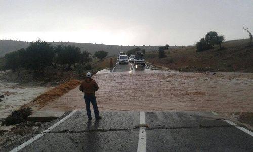 بالصور: سيول تقطع الطريق الجهوية 104 بين تيزنيت و تافراوت
