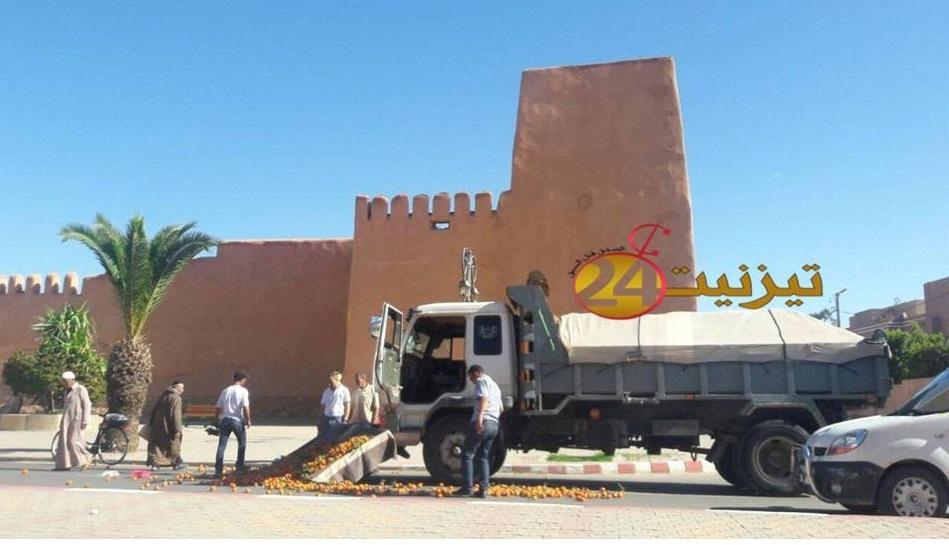 صور اصطدام شاحنة بعربة بائع متجول بتيزنيت
