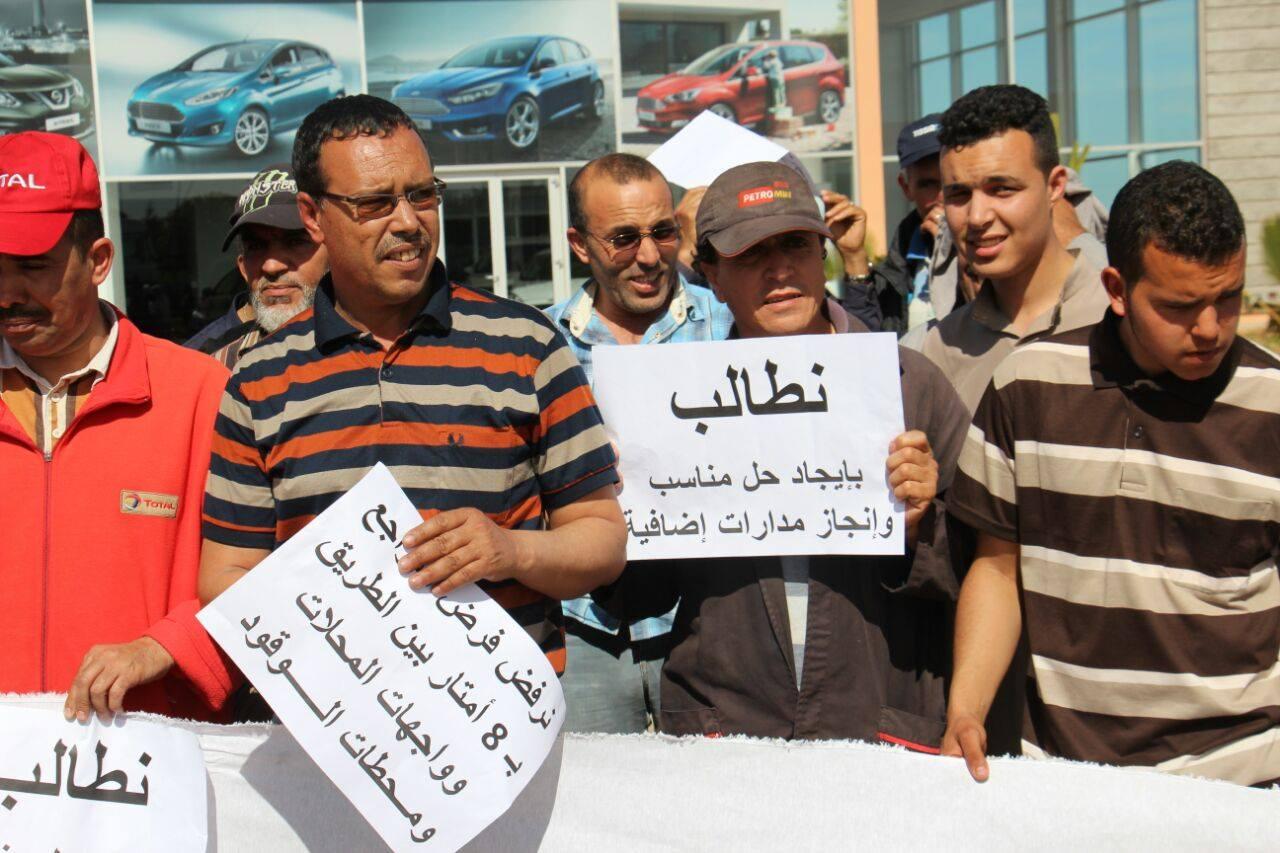 احتجاج مقاولين ومهنيبن و تجار بطريق  للا عبلة بسبب ترصيف وسط الطريق + صور