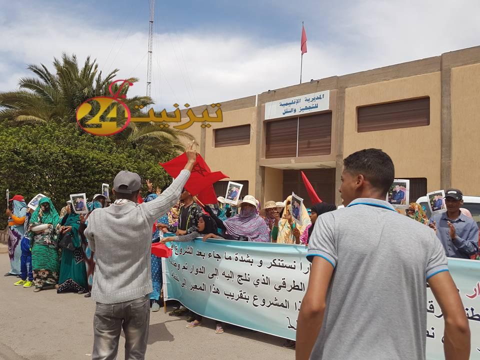 ساكنة دوار توبوزار بجماعة المعدر تحتج أمام مديرية التجهيز و عمالة اقليم تيزنيت