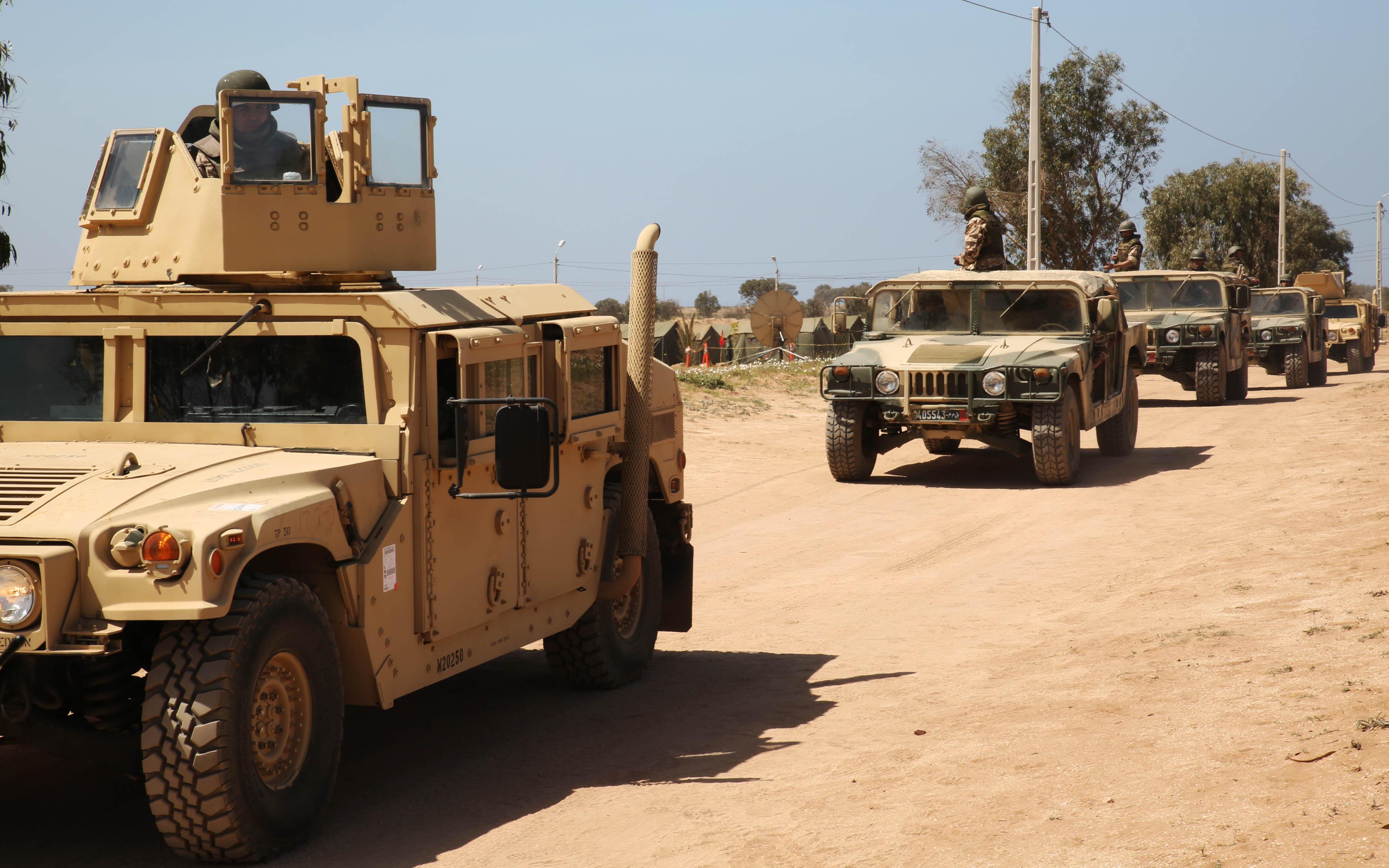 القوات المسلحة الملكية تنقل عتاد عسكري ضخم إلى القاعدة العسكرية بطانطان
