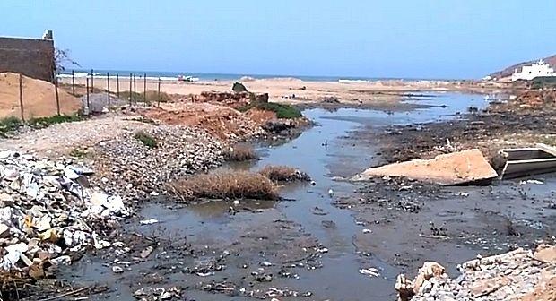 سيدي افني : تسرب مياه الصرف الصحي بسيدي إفني الى الشاطئ + فيديو