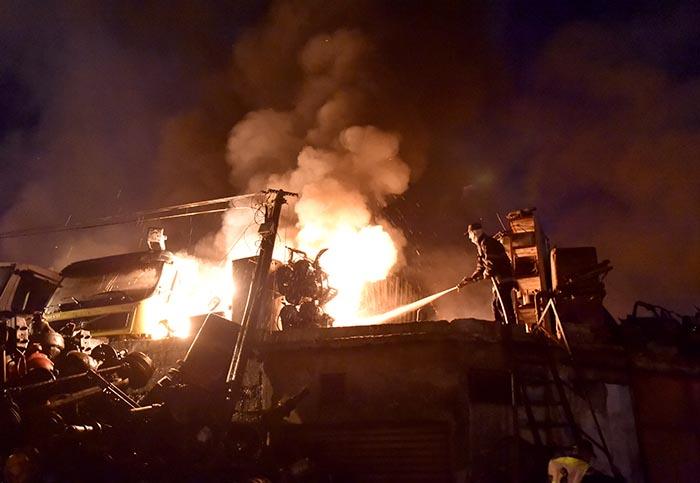 النيران تلتهم سوق المتلاشيات بانزكان