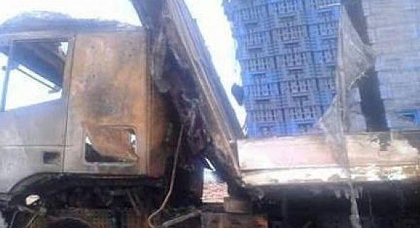 بالصورشاحنة كبيرة محملة لنقل الحليب ومشتقاته تحترق بطريق العيون