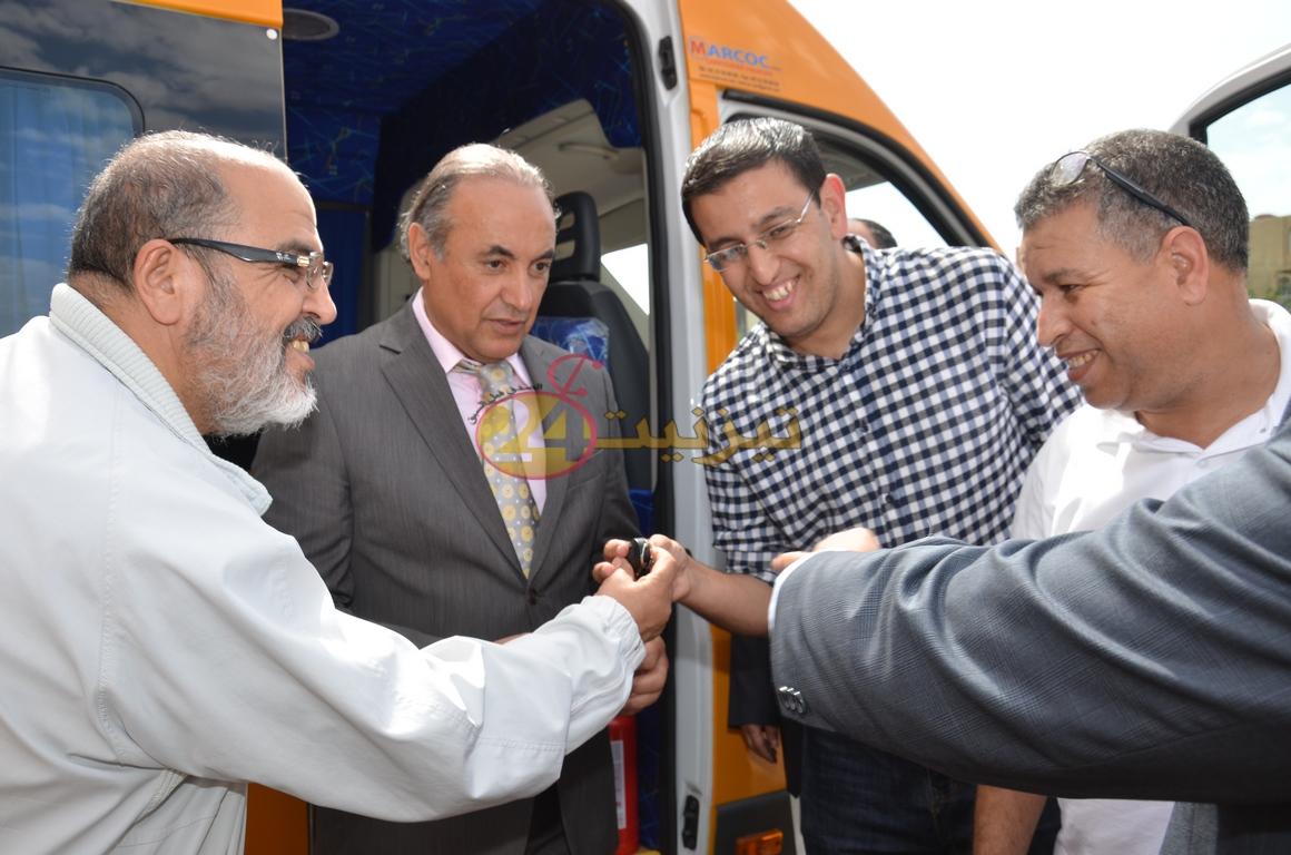 عامل الاقليم يشرف على توزيع سيارتين للنقل المدرسي لجماعتي الركادة و أكلو