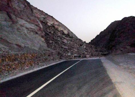 """انهيارات صخرية"""" تقطع الطريق الرابطة بين كلميم وأسا + صور"""