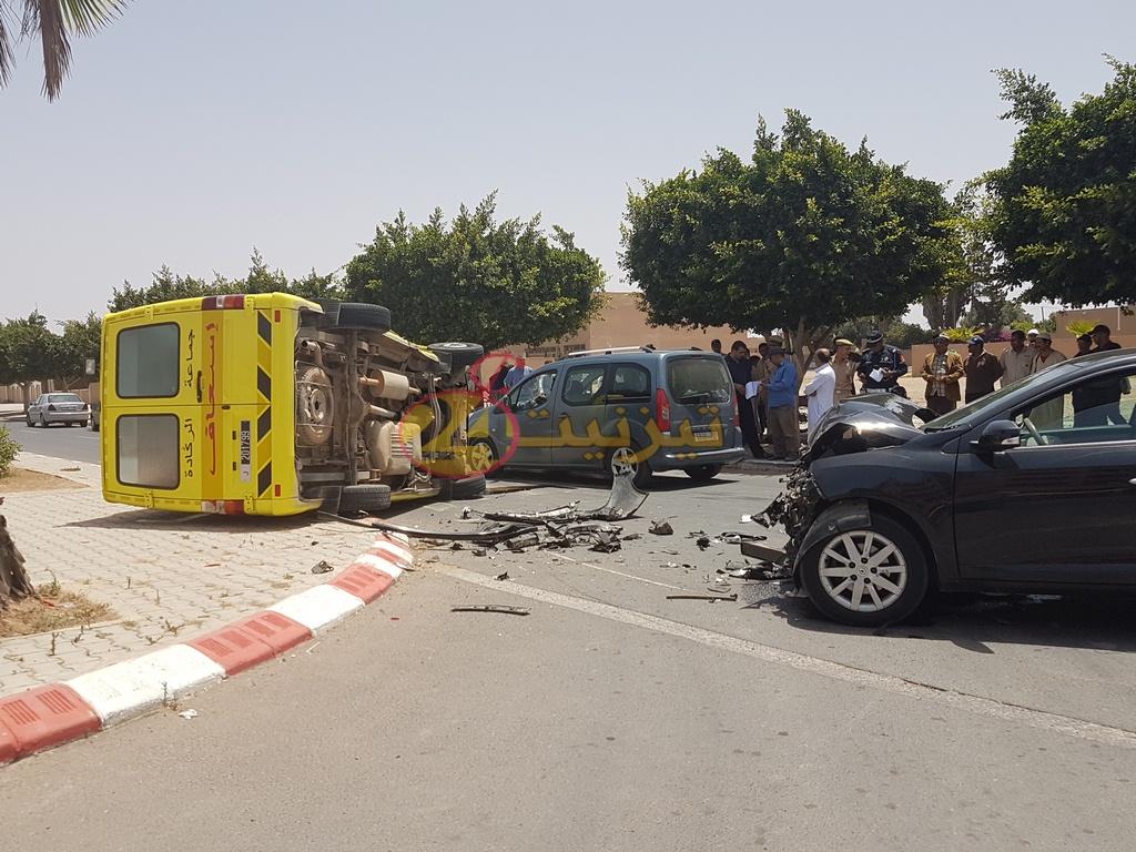 انقلاب سيارة اسعاف في حادثة سير بشارع الحسن الثاني بتيزنيت
