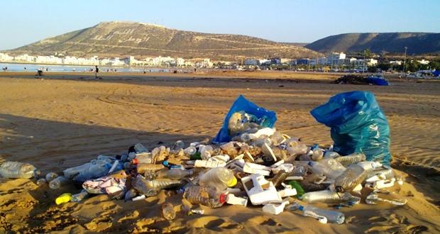 موائد إفطار بشواطئ أكادير تنتهي بتلوثات بيئية