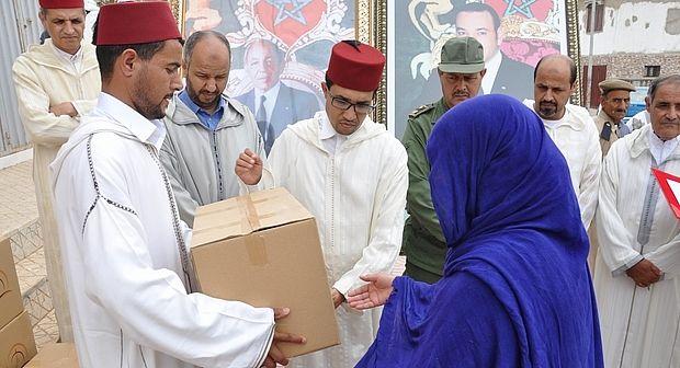 سيدي افني :عامل الإقليم يشرف على عملية توزيع اعانات غذائية على القيمين الدينيين
