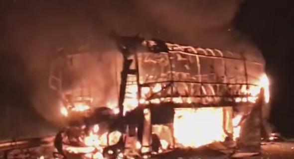 حافلة للركاب تلتهمها النيران في مدخل العيون