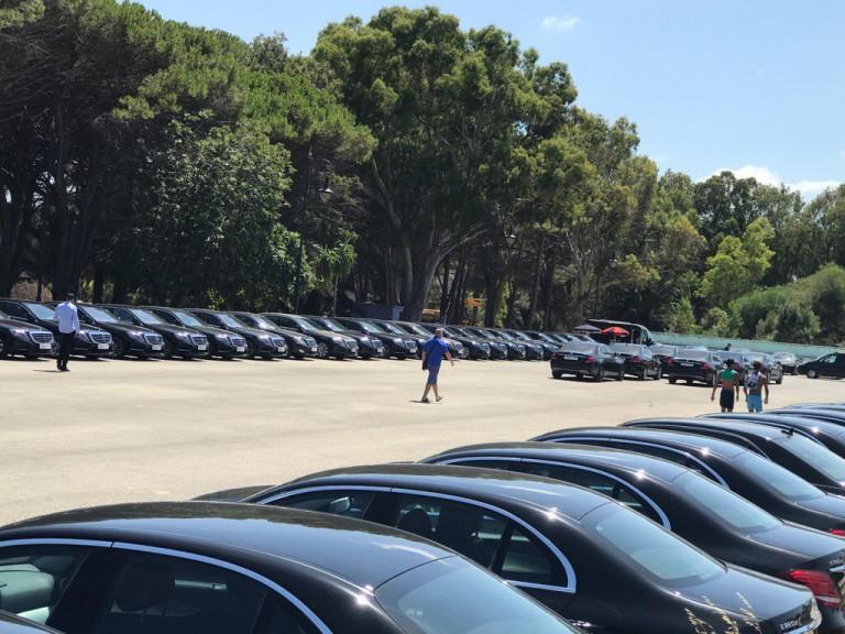 بالصور.. مئات السيارات الفاخرة في انتظار ملك السعودية بمدينة طنجة