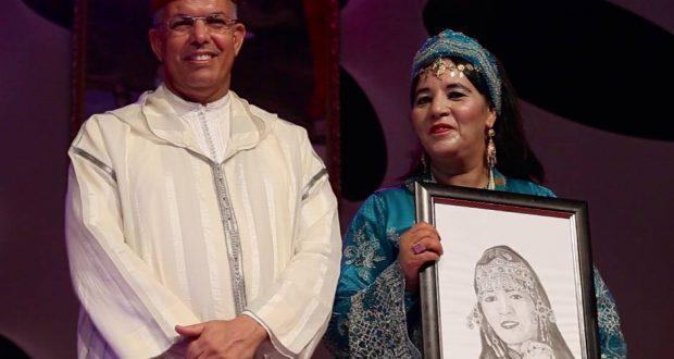 """تارودانت .. تكريم فاطمة تباعمرانت خلال فعاليات مهرجان """"الحناء اداوزال"""" بالمنيزلة"""