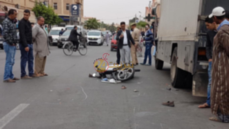 اصابة شخصين بجروح خطيرة في حادثة سير بشارع 20 غشت بتيزنيت