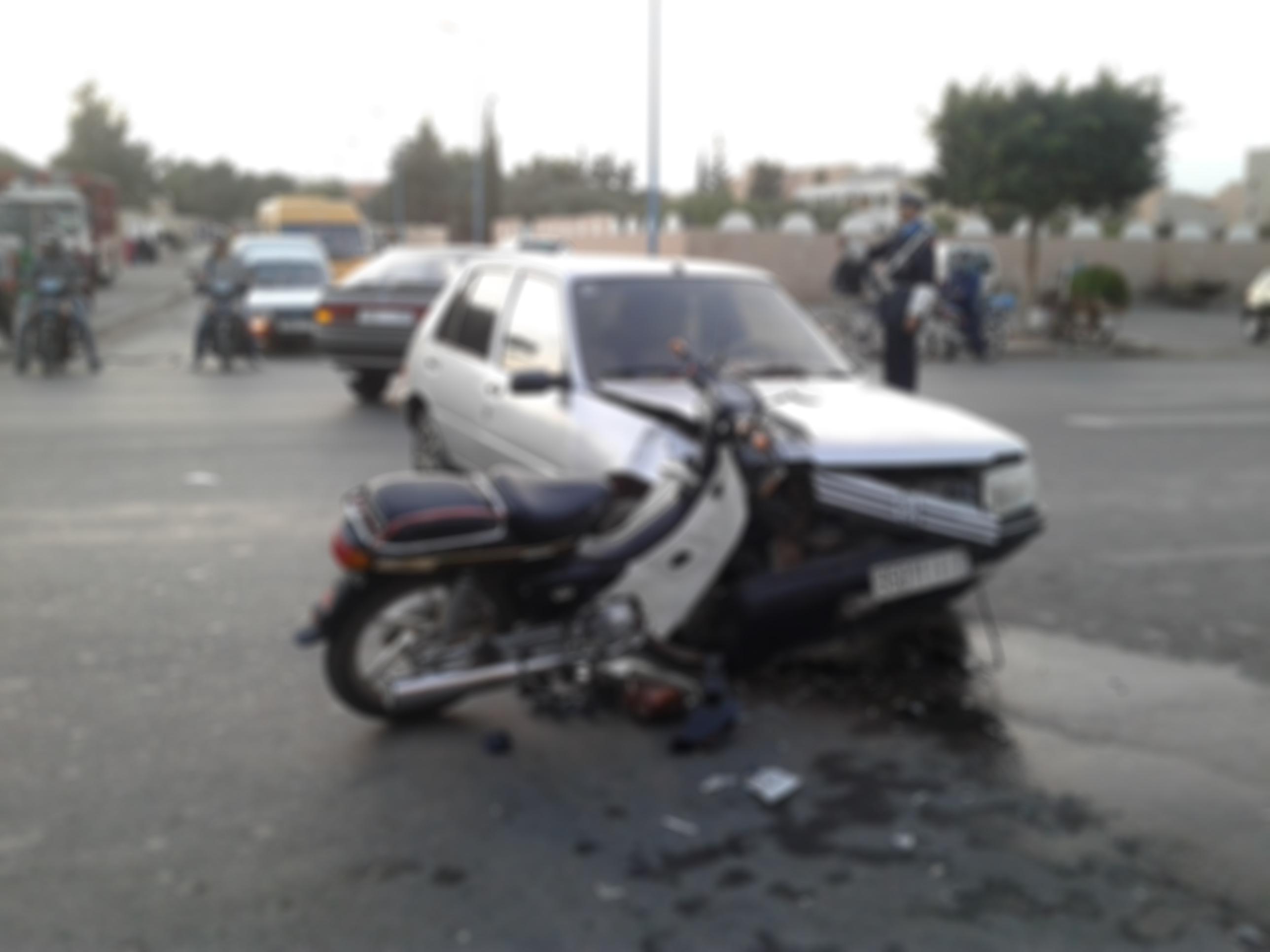 اصابة شابين بجروح في حادثة سير بين سيارة خفيفة و دراجة نارية وسط تيزنيت