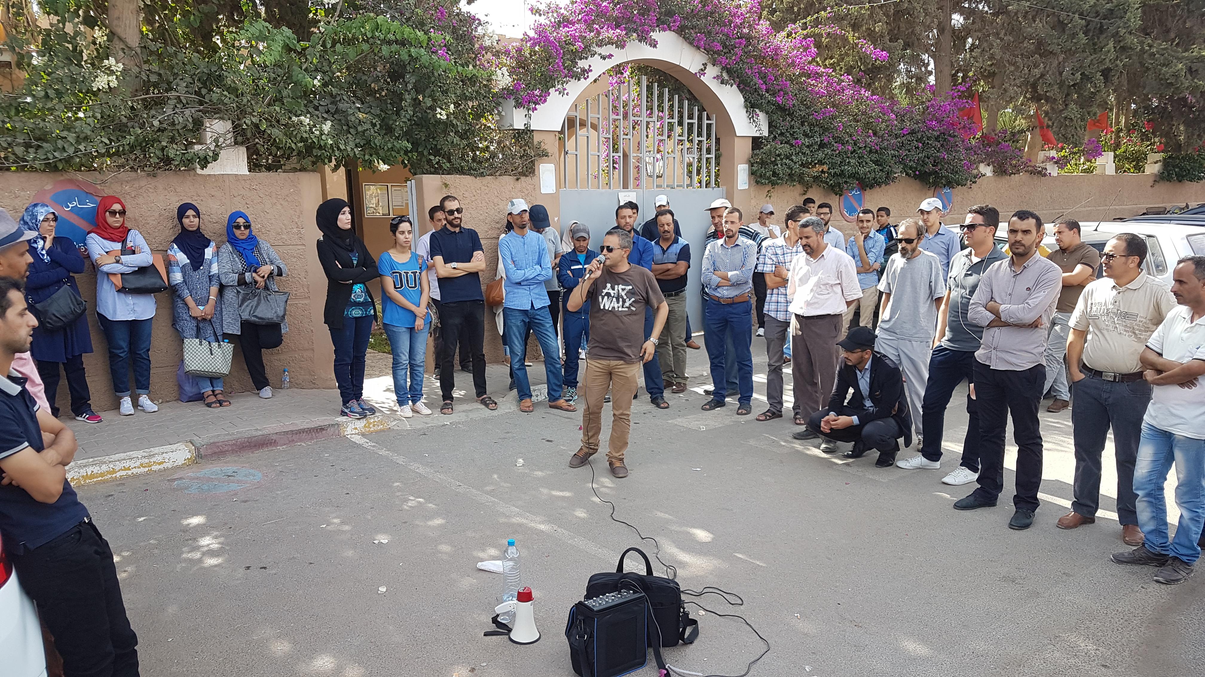 أساتذة يحتجون أمام مديرية التعليم بتيزنيت + صور