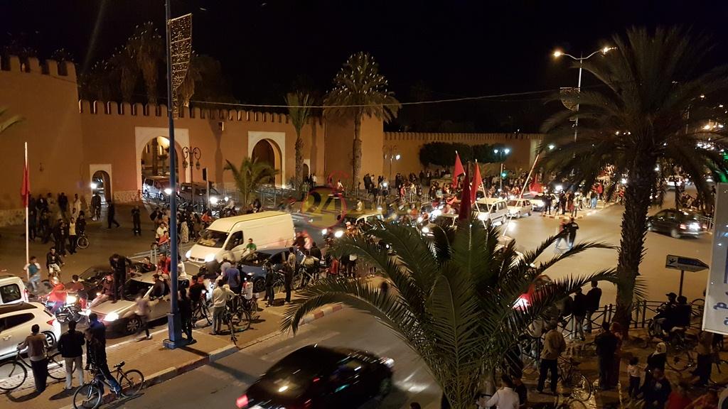 بالصور : فرحة عارمة تجتاح شوارع تيزنيت بعد تأهل المنتخب الوطني