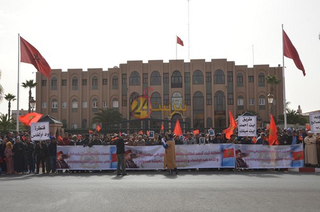ساكنة جماعة أيت حمد تحتج و ترفع مجموعة من المطالب لعامل الاقليم + فيديو و صور