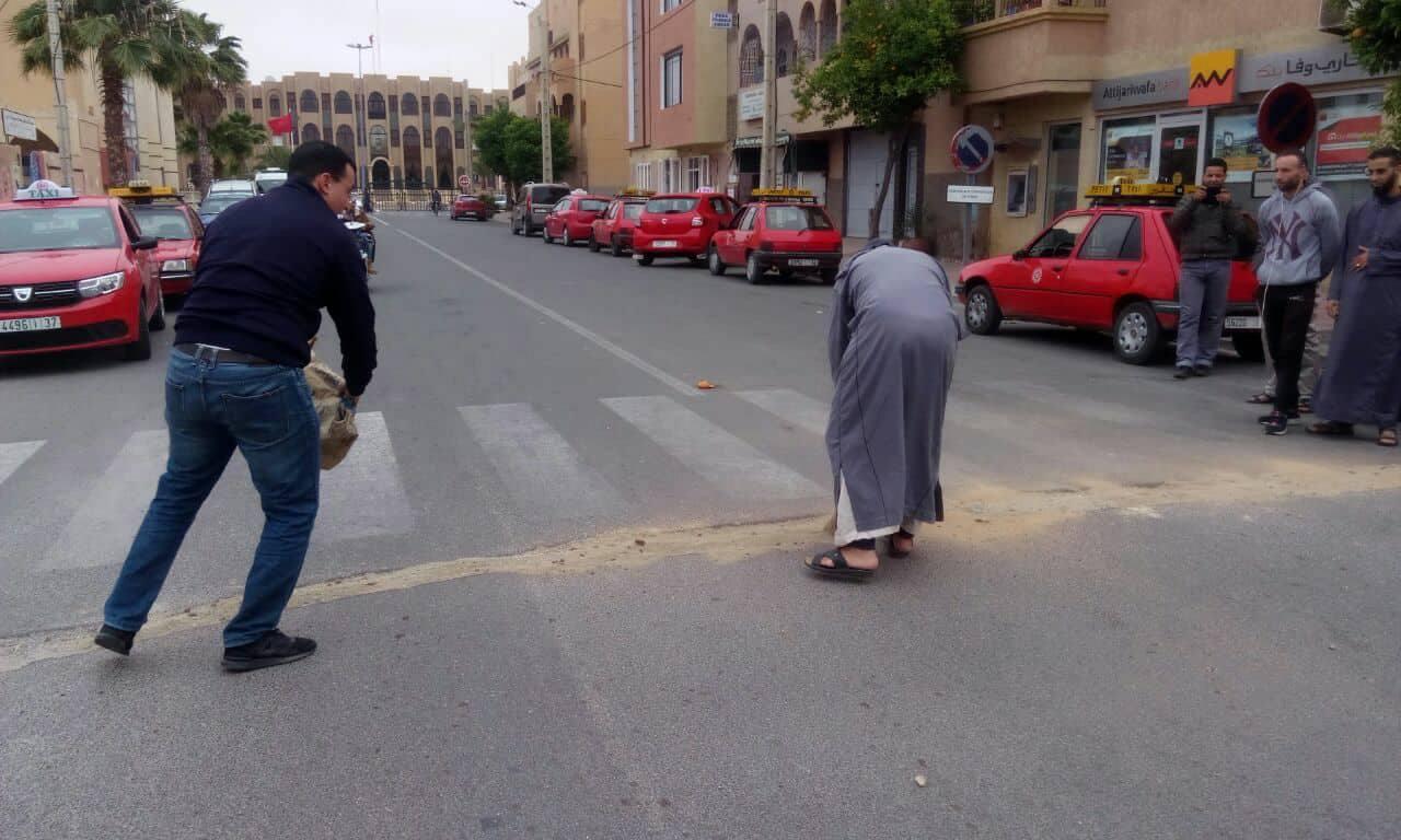 سائقو سيارات الأجرة الصغيرة يشتكون من حفر بشوارع تيزنيت