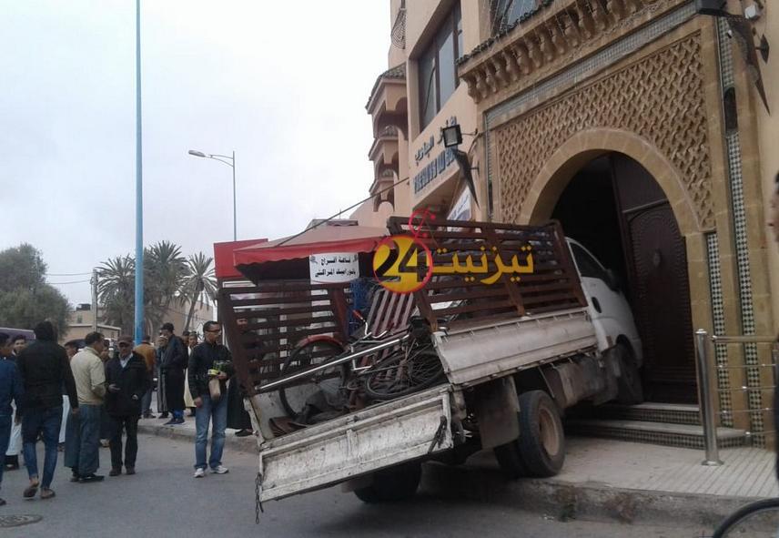 سيارة تقتحم قاعة أفراح بشارع سيدي عبدالرحمان وتخلف خسائر