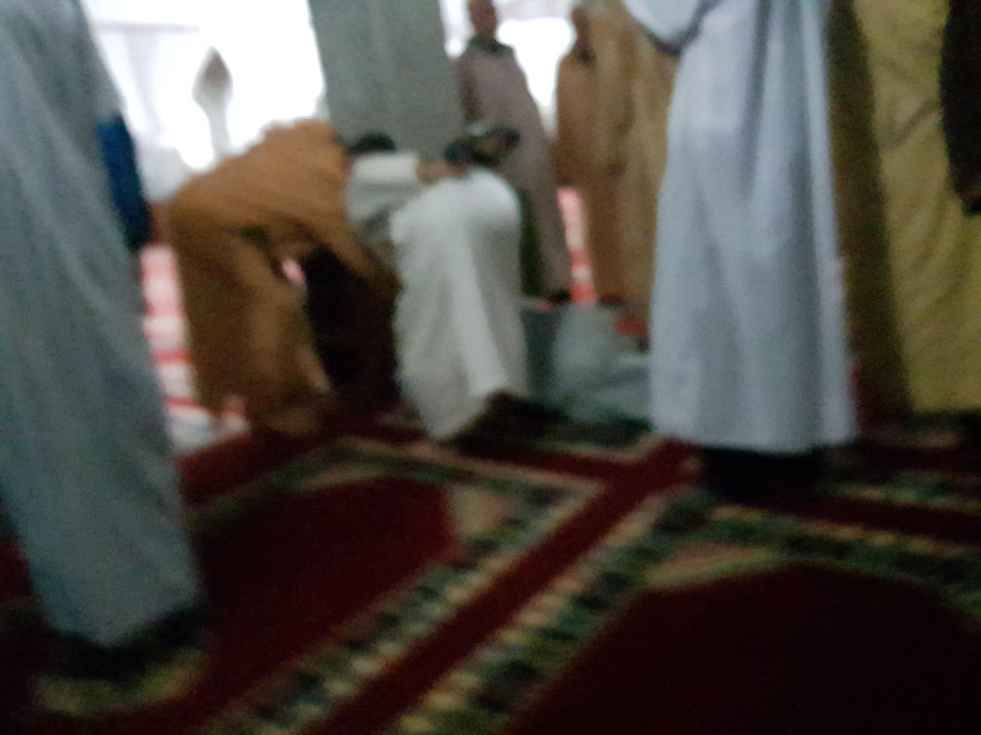 مختل عقلي يقتحم محراب مسجد السنة و يدب الذعر في جموع المصلين