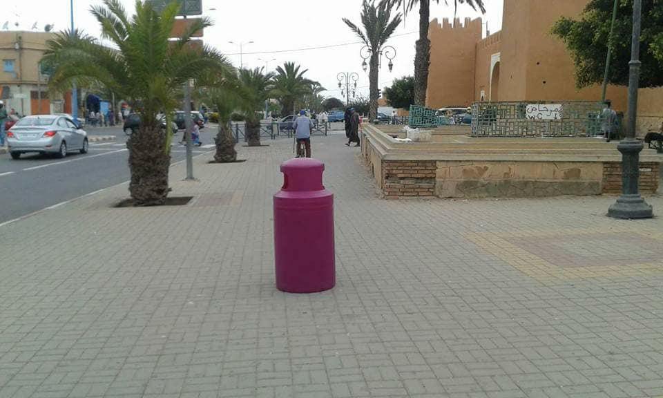 تثبيت كراسي و حاويات جديدة للأزبال بشوارع و ساحات تيزنيت
