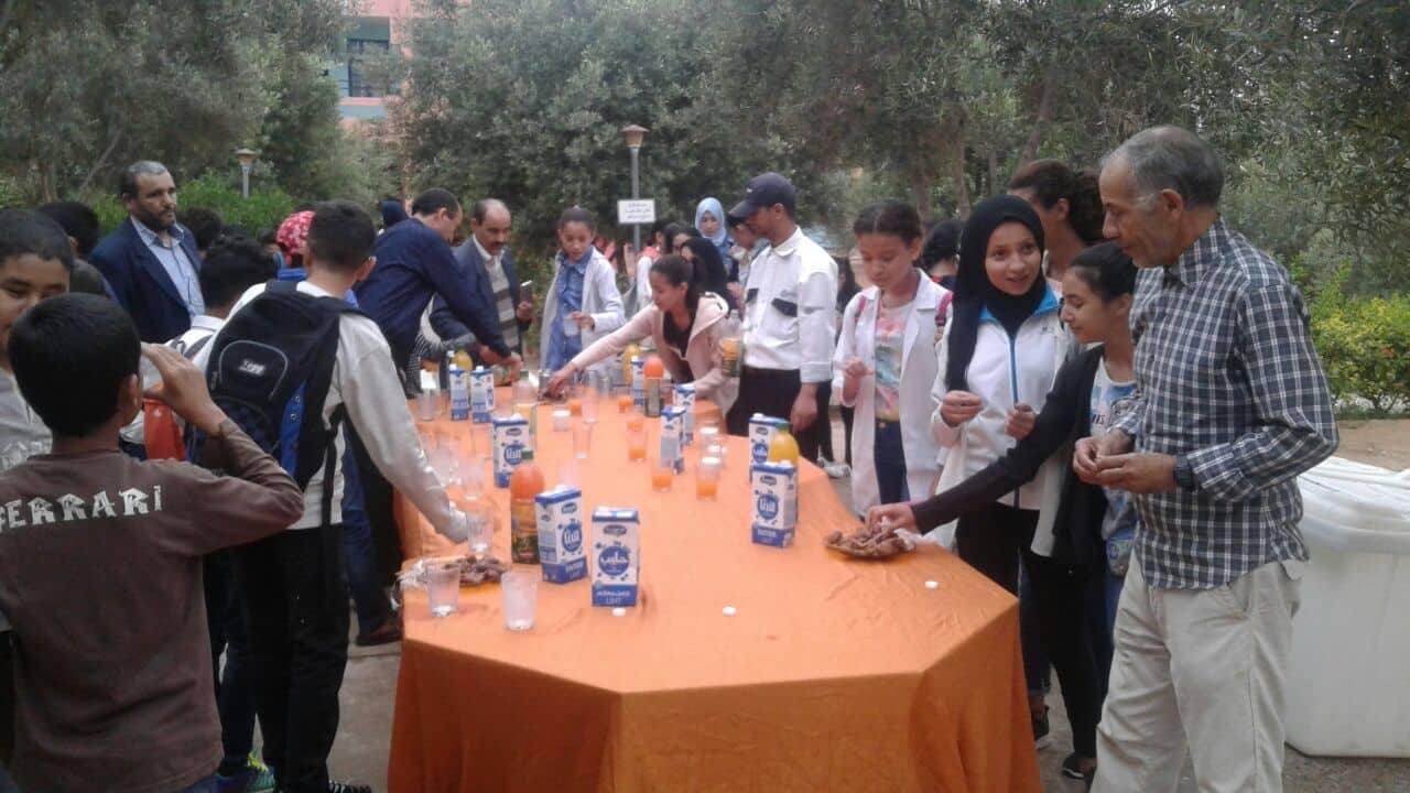 بالصور : استقبال التلاميذ بالتمر و الحليب في مدرسة الوفاء بتيزيت