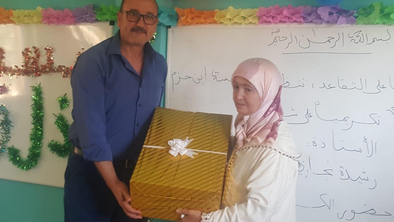 مدرسة ابن حزم بمديرية تيزنيت تكرم الأستاذة رشيدة النجاري في حفل بهيج