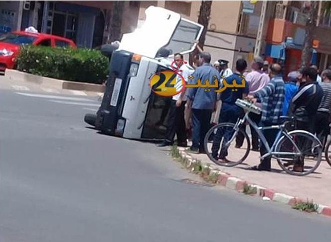 انقلاب سيارة اسعاف في حادثة سير بشارع محمد السادس وسط تيزنيت