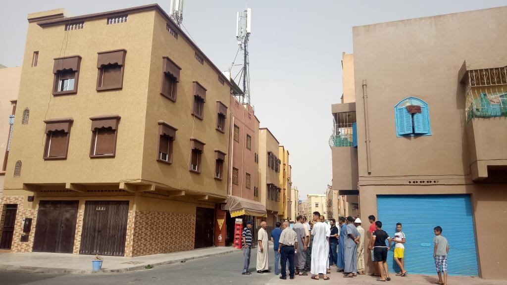 وقفة احتجاجية لسكان الحي الحسني ضد أعمدة ومحطة الهاتف النقال المثبتة على أسطح المنازل