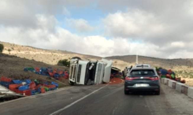 إنقلاب شاحنة بالطريق الوطنية رقم 1 بين لاخصاص و اولاد جرار