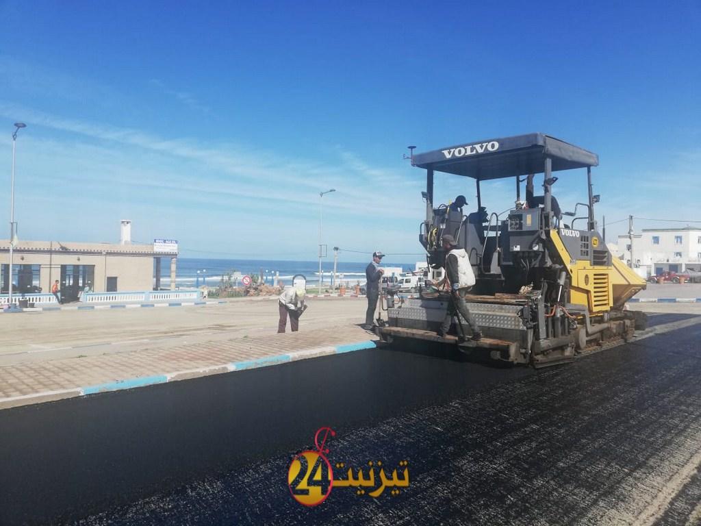 بالصور : انطلاق أشغال تعبيد الطرق الخاصة بتجزئات أكلو الشاطئ