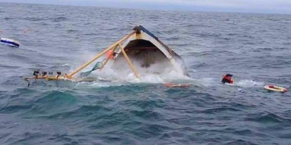 غرق قارب للصيد بساحل طنطان و البحرية تنتشل جثة و تبحث عن مفقودين